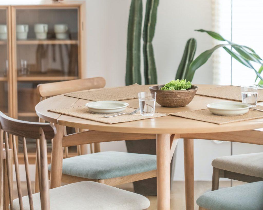 salle a manger avec table ronde et meuble de rangement