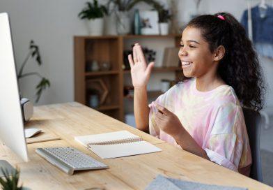 Jeune fille heureuse devant un ordinateur