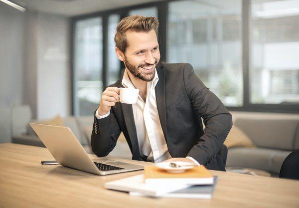 Un businessman qui est content